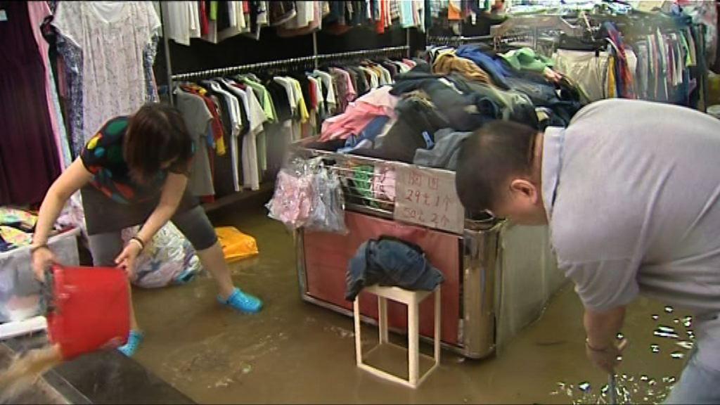 暴雨警告下多區水浸 交通嚴重受阻