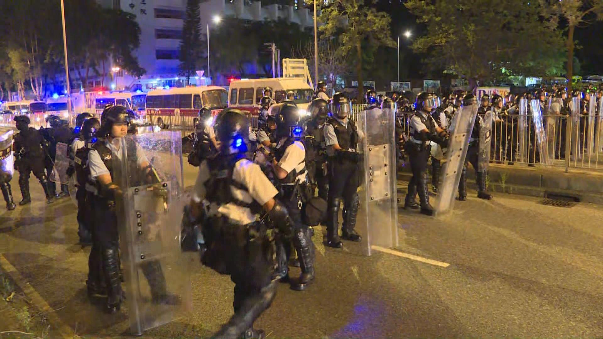 警員馬鞍山警署發射胡椒球驅散示威者