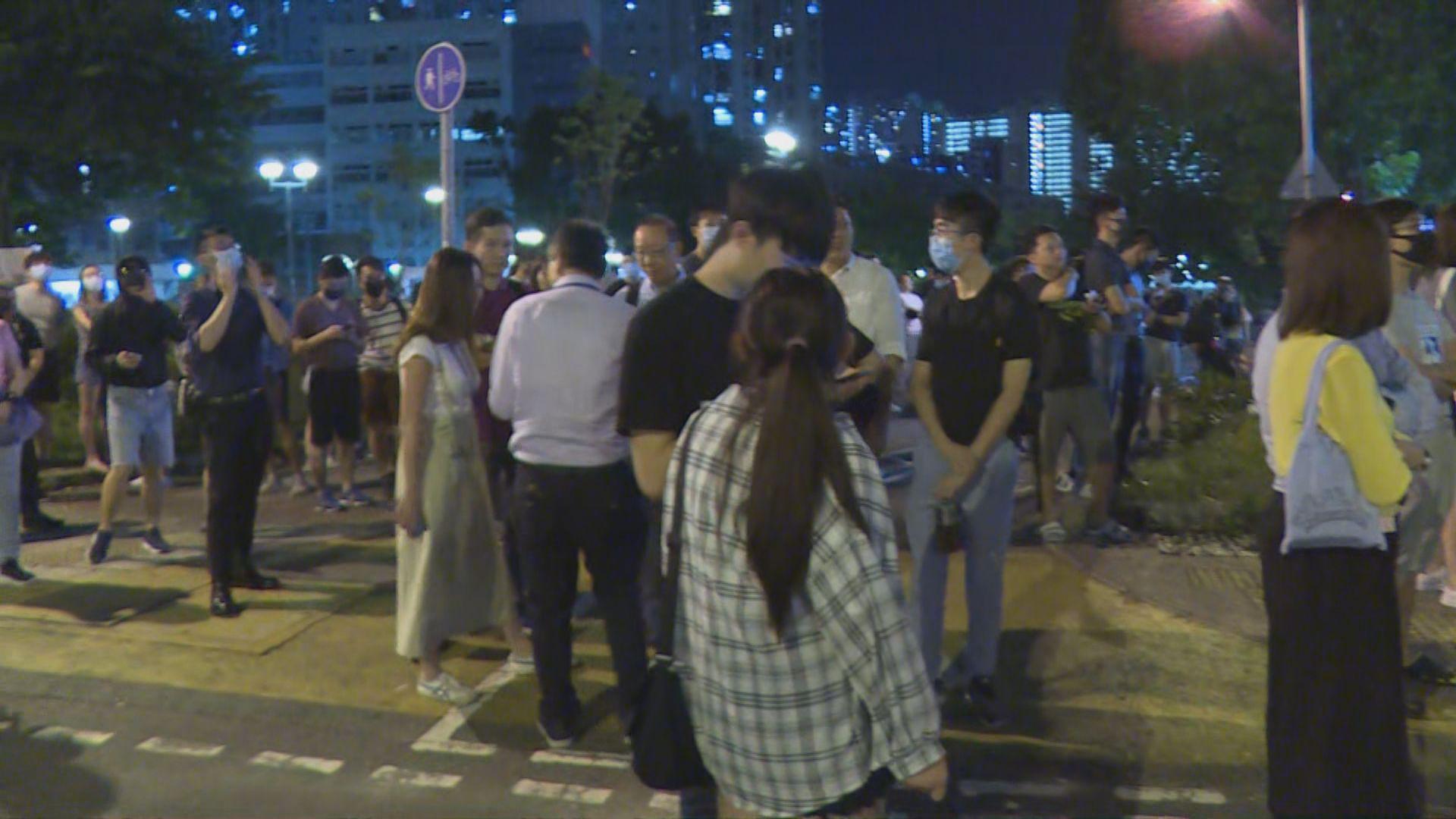 過百人馬鞍山警署外聲援被捕保安 防暴警出動驅散