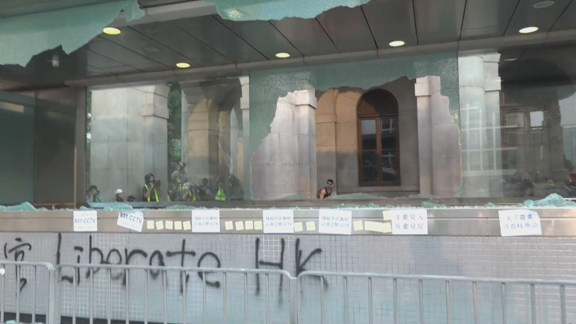 示威者破壞港鐵中環站部分出入口