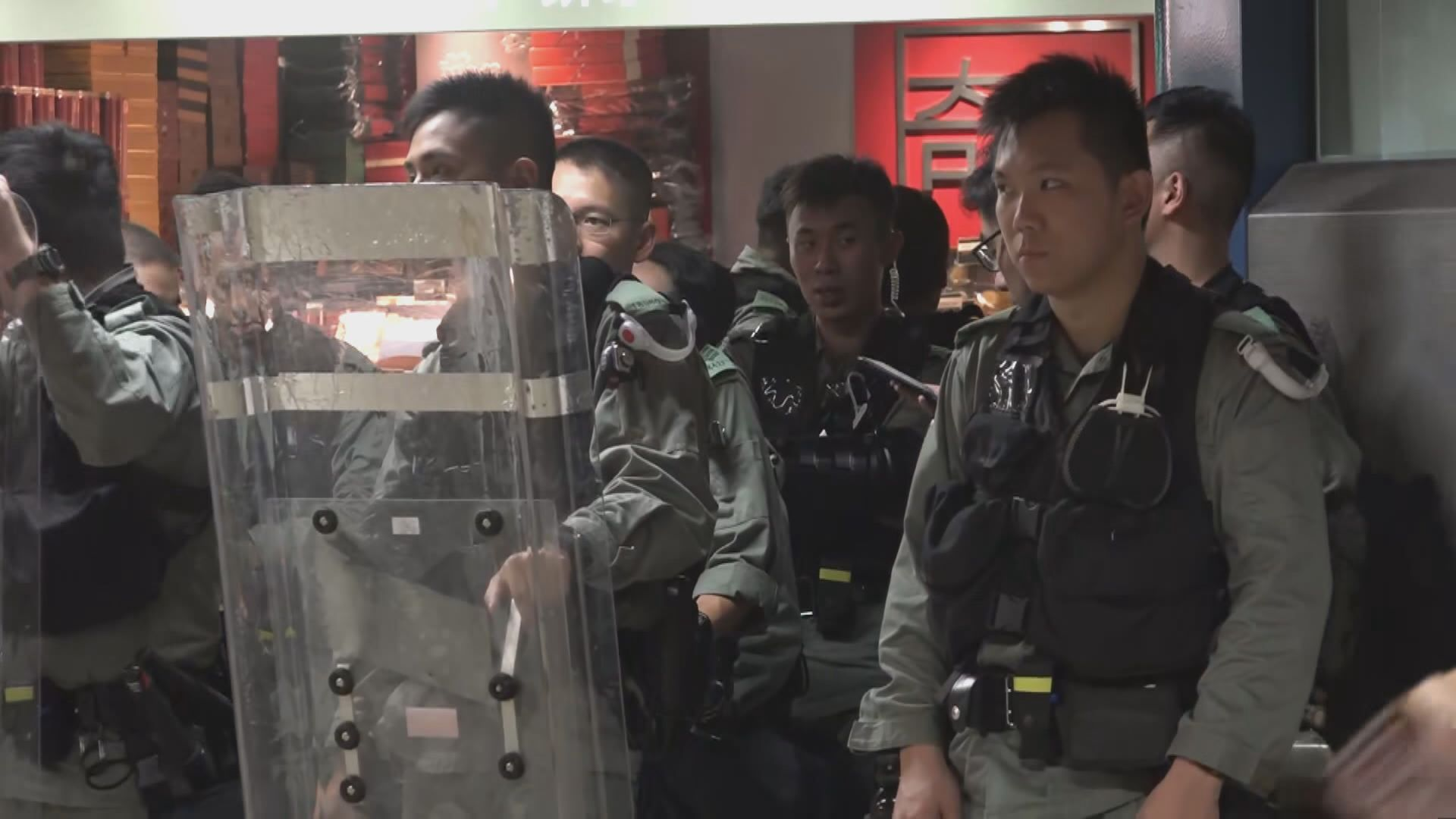 防暴警察在多個港鐵站戒備 至少帶走四人