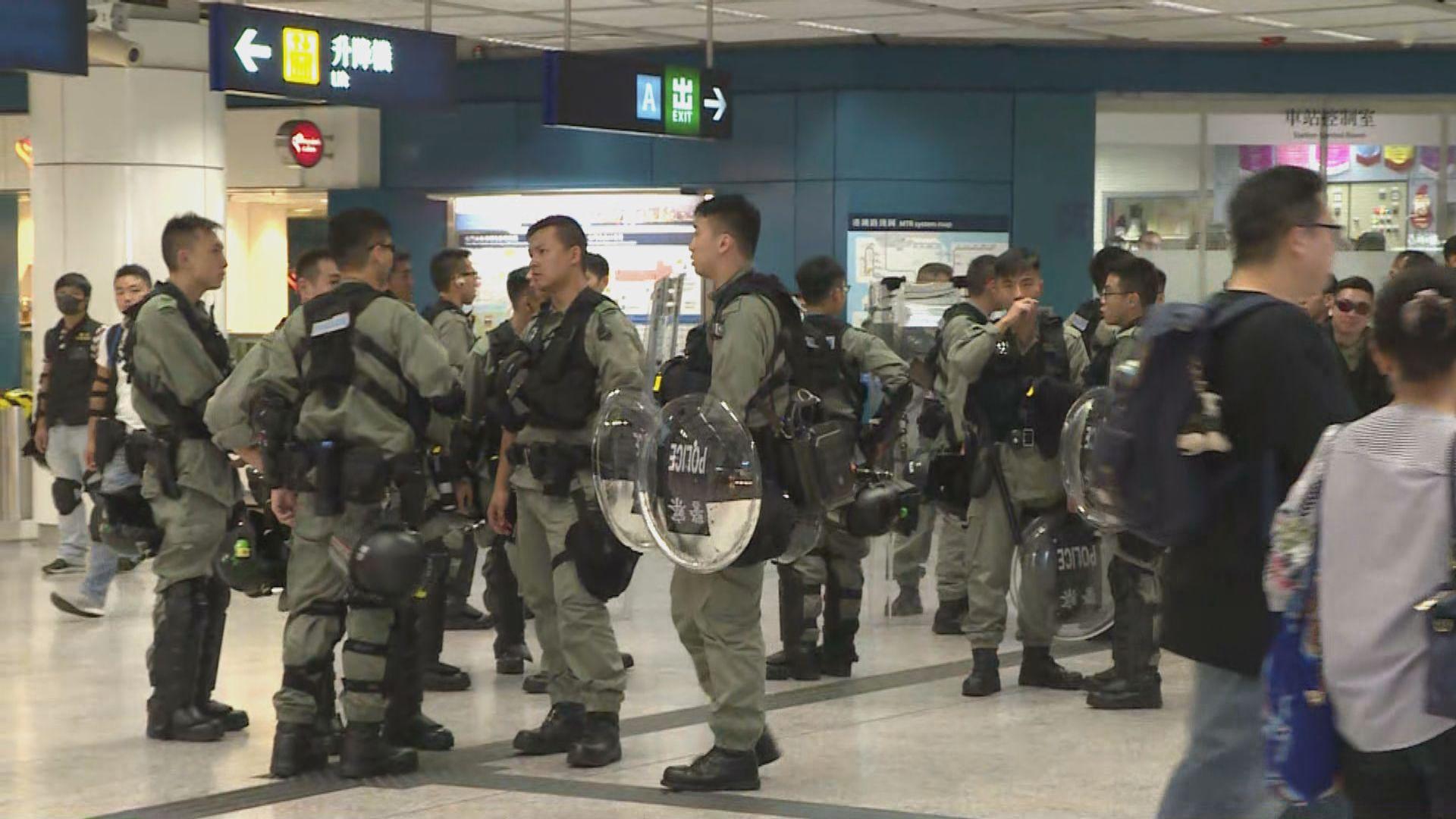 屯門站關閉後 防暴警察隨即到站戒備