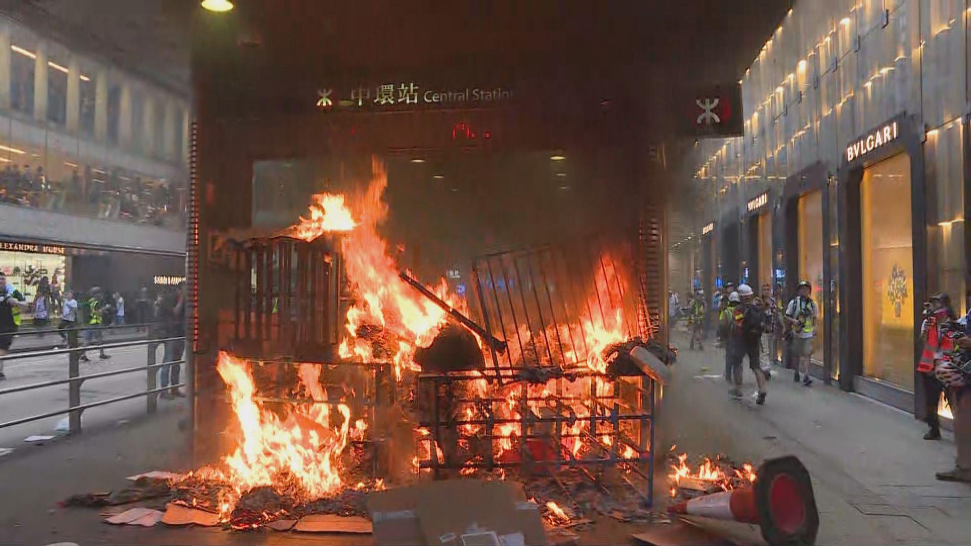示威者在中環站F出口縱火