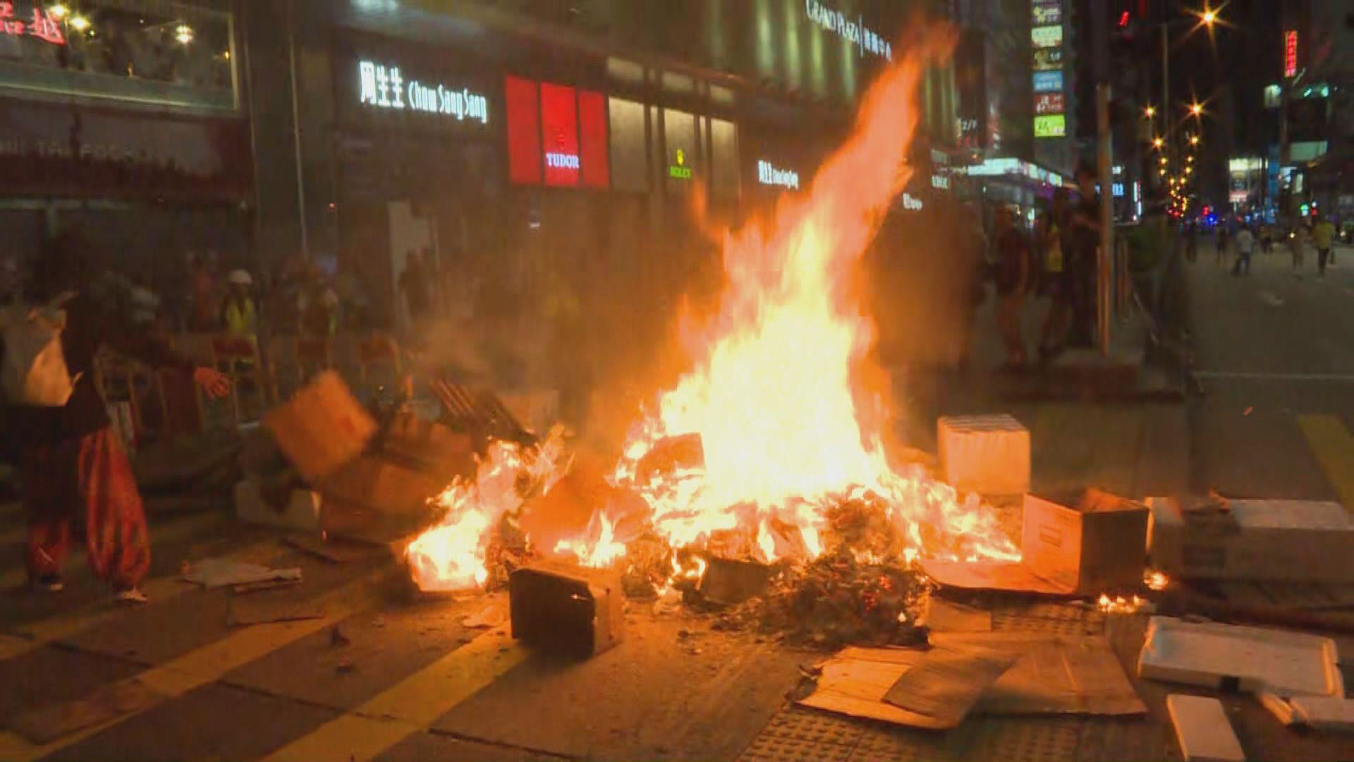 旺角有示威者燃燒垃圾 濃煙升上半空