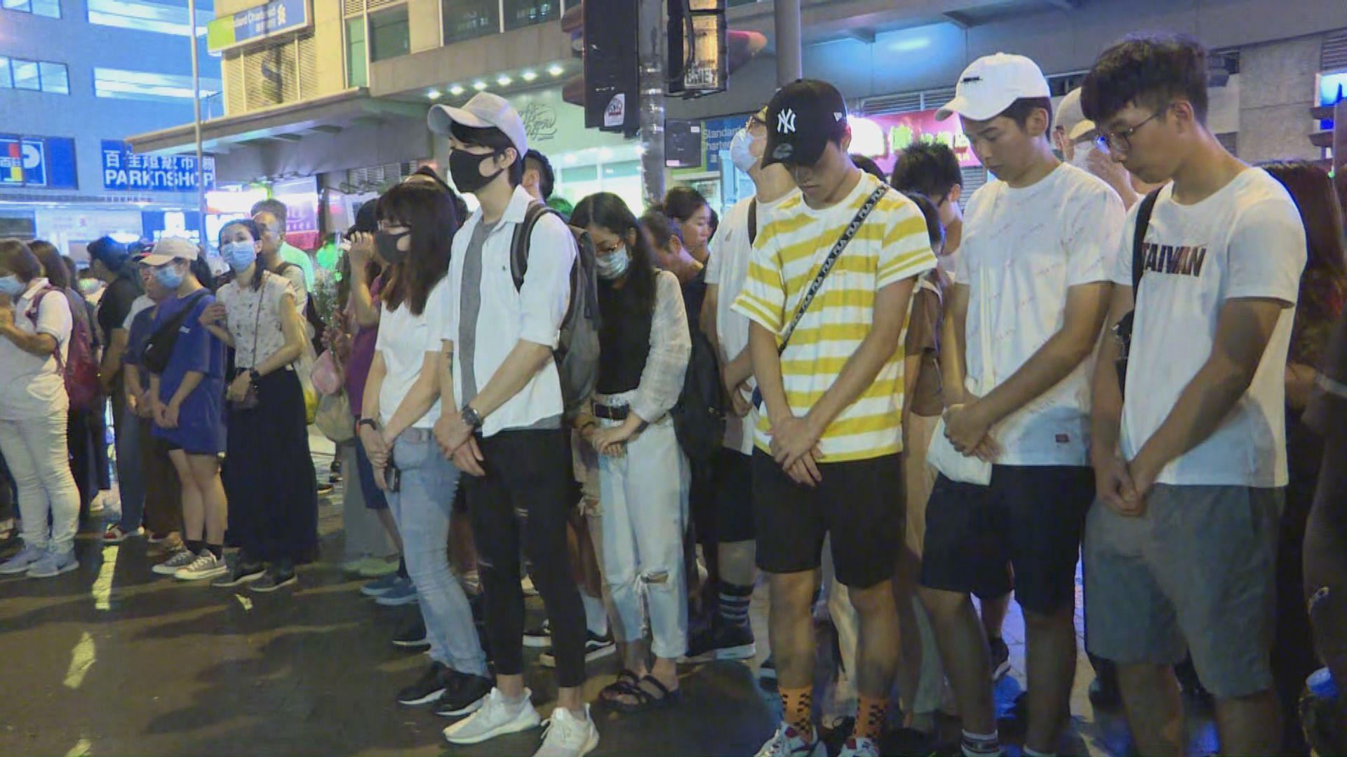 約百名市民聚集在太子港鐵站外