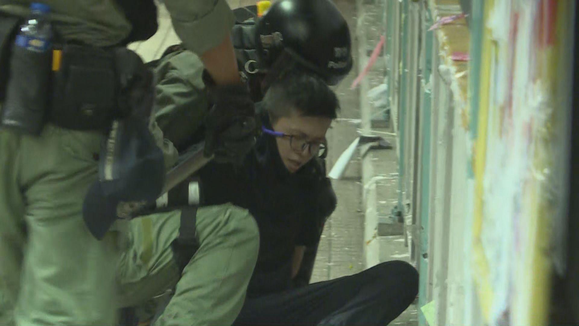 警方旺角警署外驅散 制服至少一人