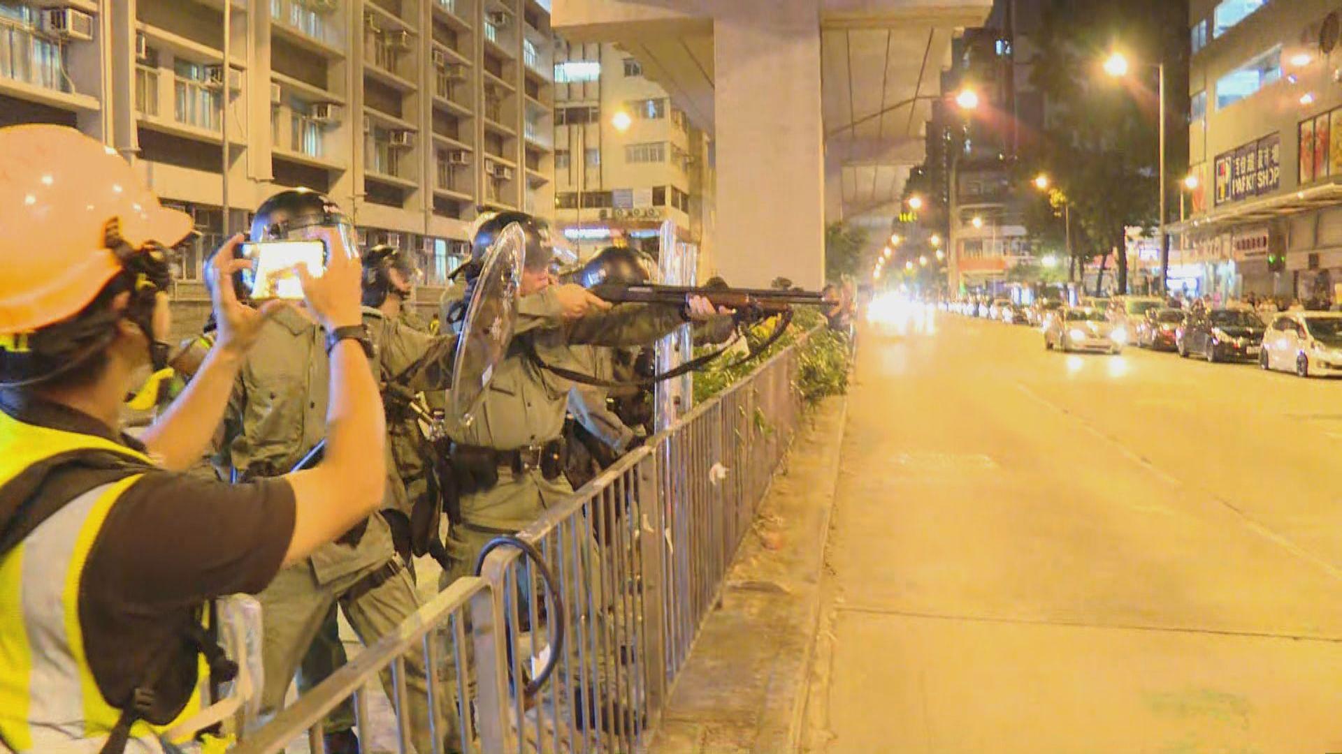 警方在旺角警署發射布袋彈驅散人群