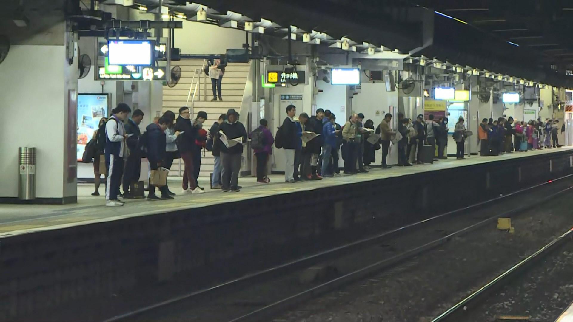 港鐵數車站曾有人向路軌或電線投擲雜物