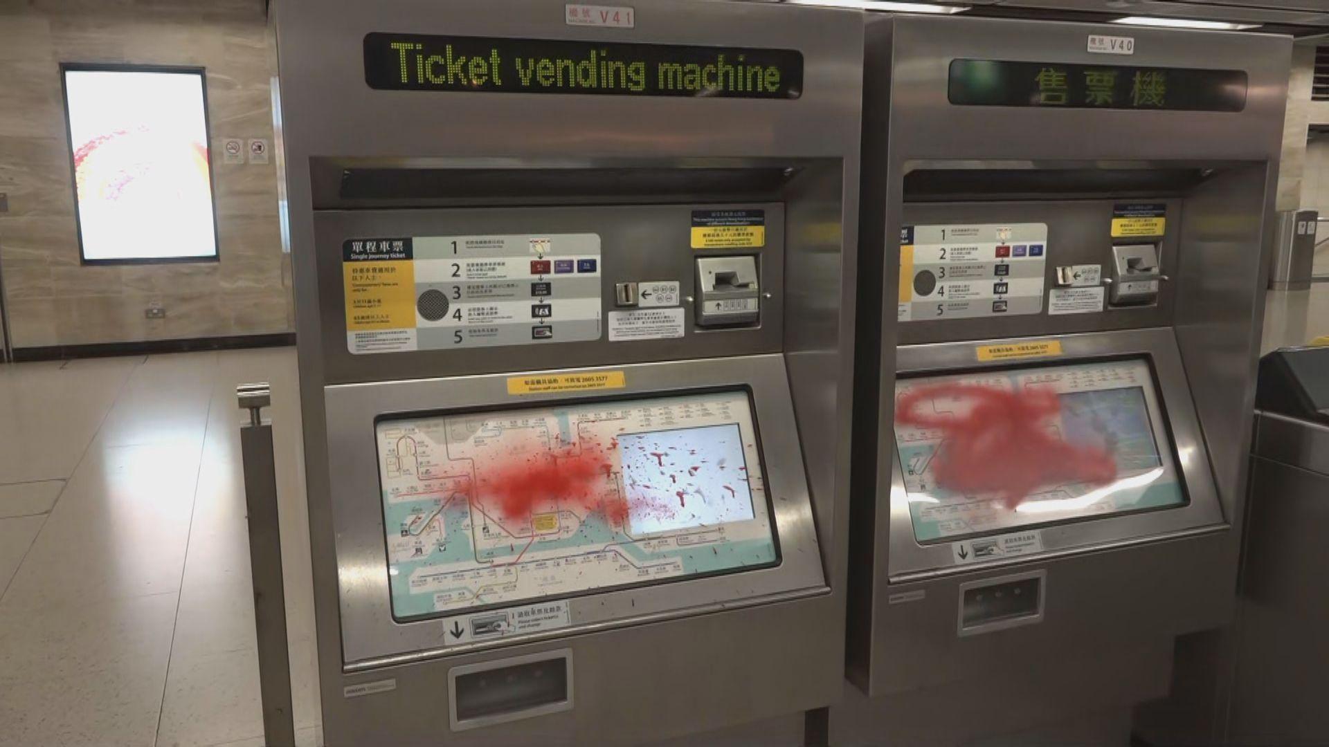 港鐵:周日至少12個車站受惡意破壞 部分車站周一或無法恢復服務