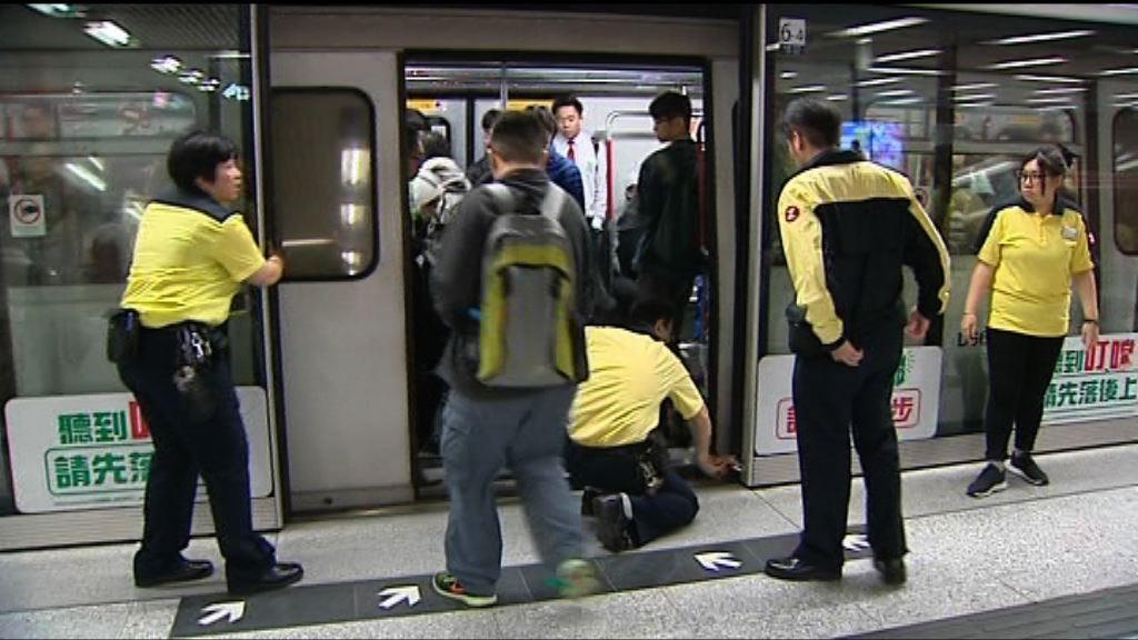 港鐵中環站往柴灣幕門早上故障 服務一度受阻
