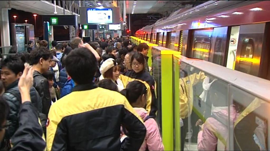 南港島綫通車 有市民特意改乘地鐵