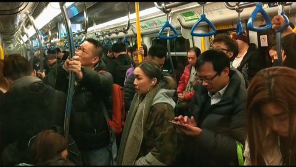 東鐵綫信號故障 乘客等候接駁巴士期間現混亂