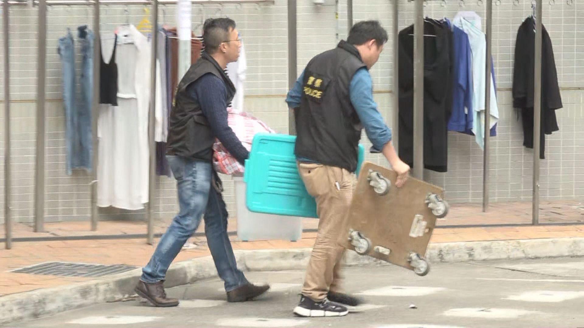 華富邨謀殺案 警方在單位檢走證物