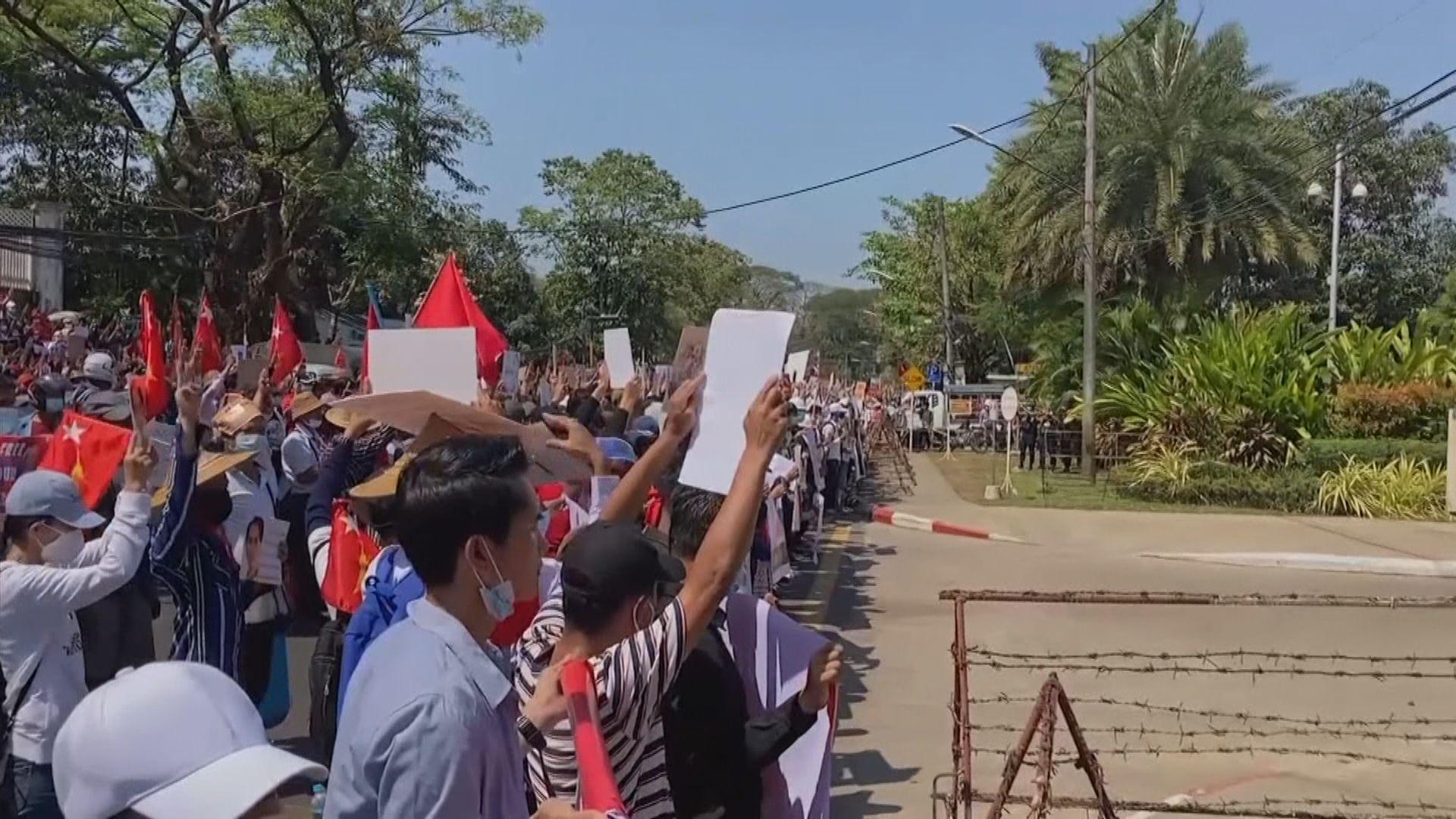 緬甸大批民眾到美國大使館外示威 要求華府拯救緬甸