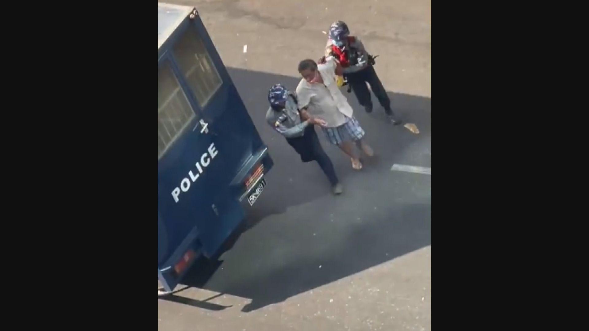 緬甸仰光有示威者被防暴警員帶走