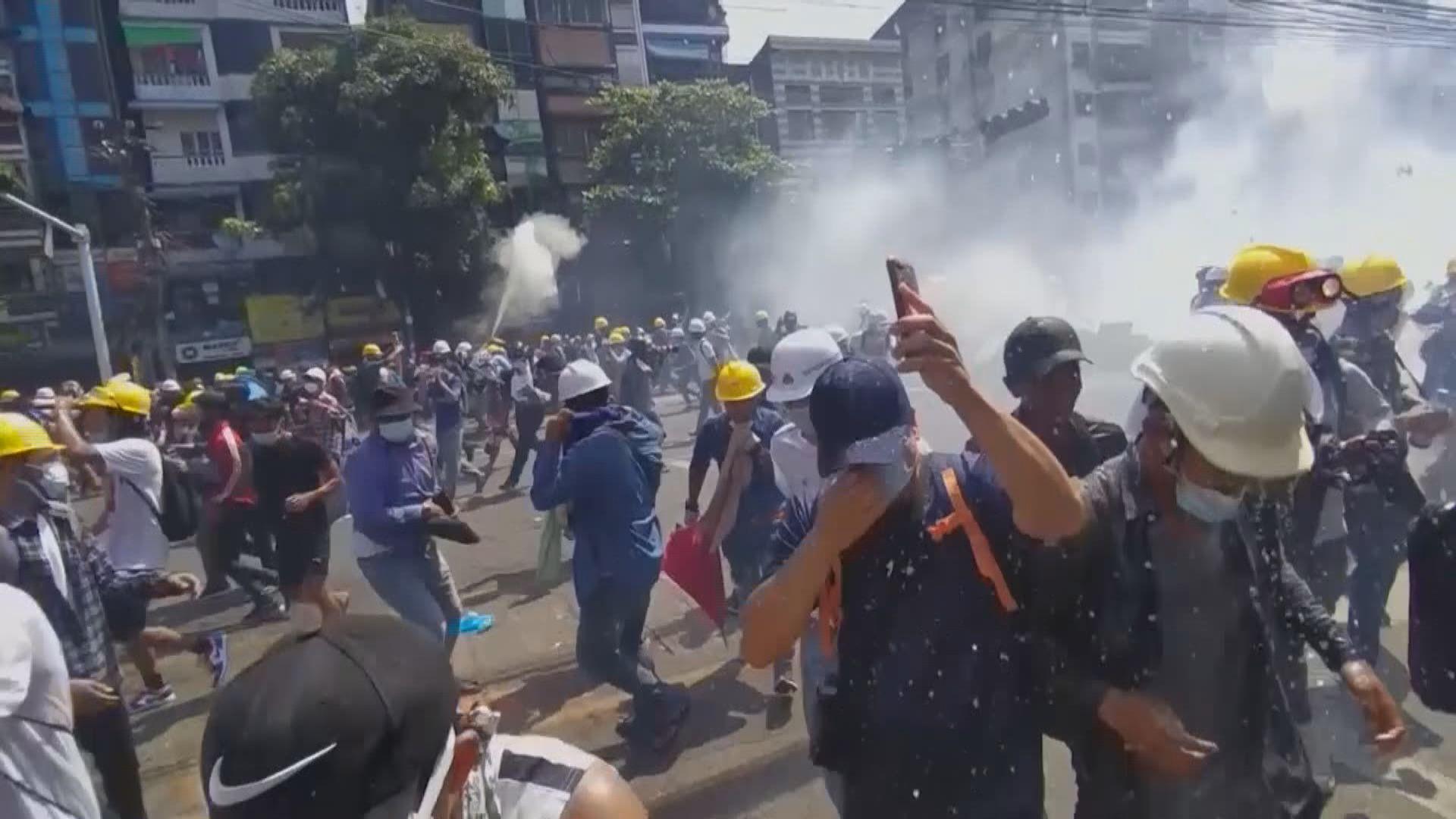 緬甸示威持續 仰光警方射催淚彈驅散示威者