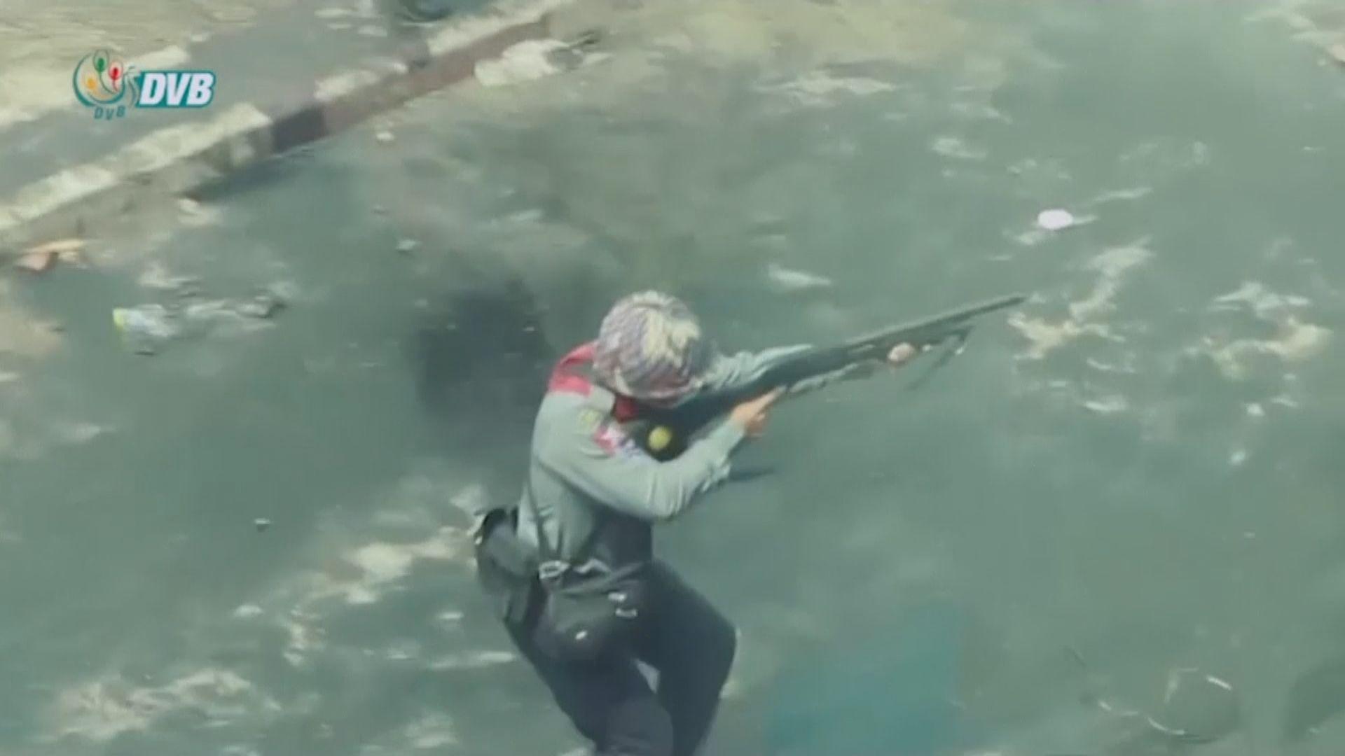 緬甸仰光警員持槍追捕反軍事政變示威者