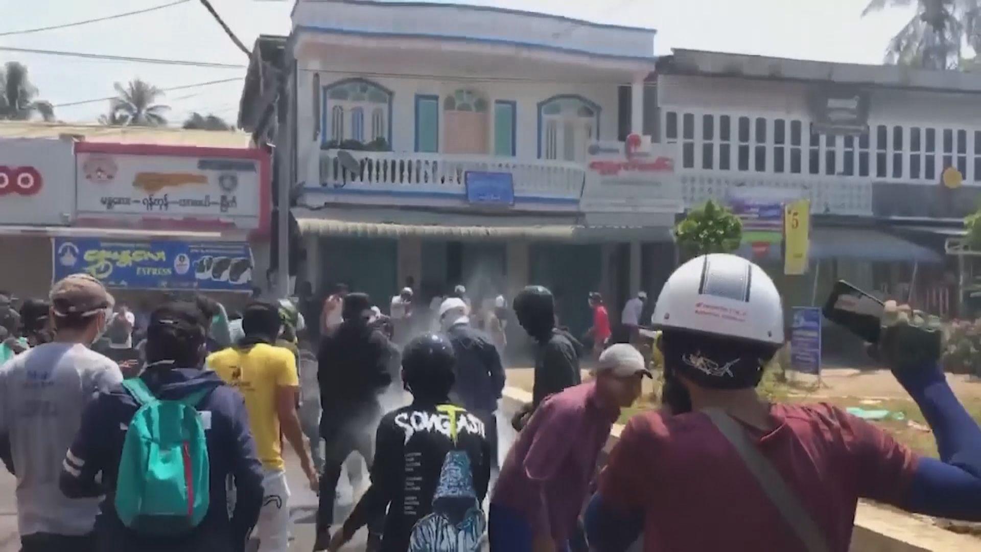 緬甸北部南部城鎮警察向示威者開槍 據報至少三死