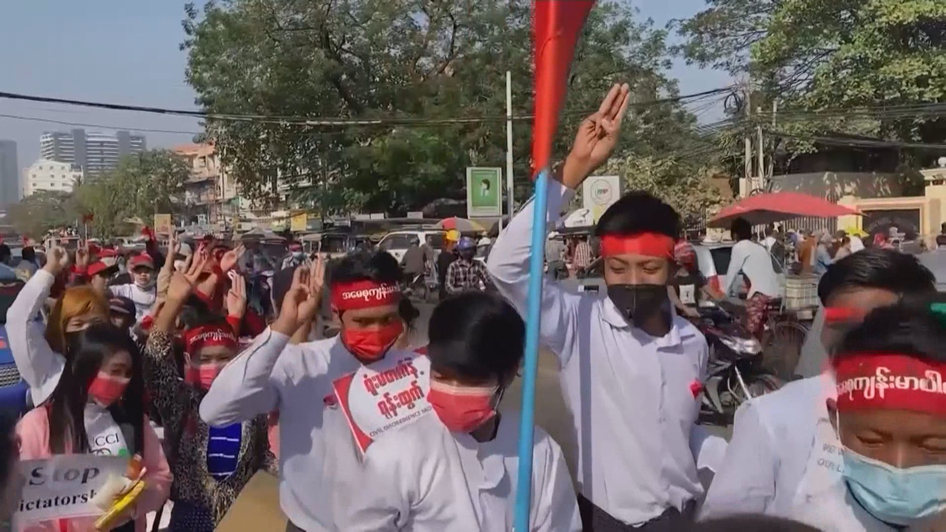 緬甸持續有民眾上街示威 毛淡棉有警察向示威者開槍