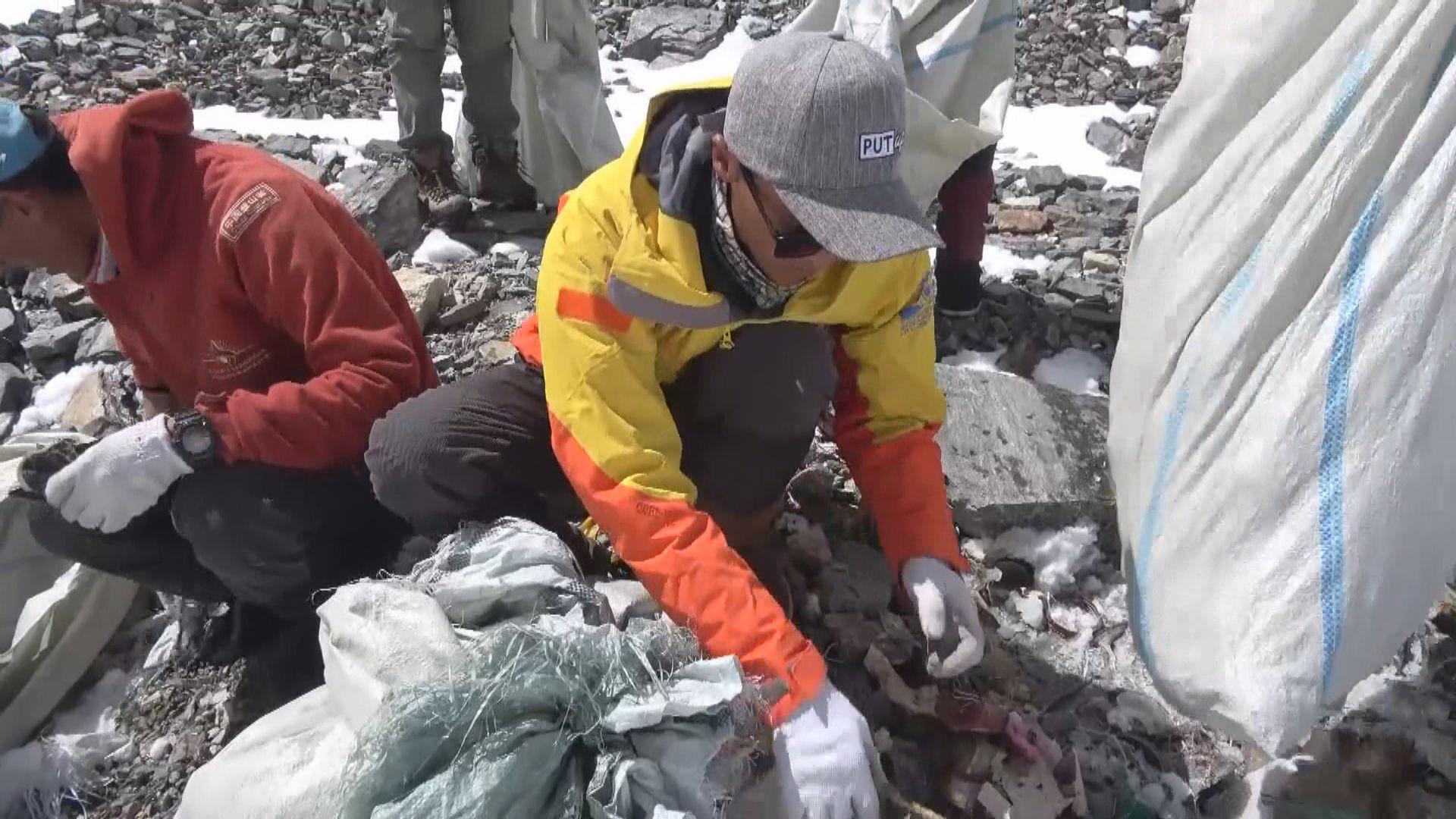 尼泊爾組織清潔隊清理珠穆朗瑪峰垃圾