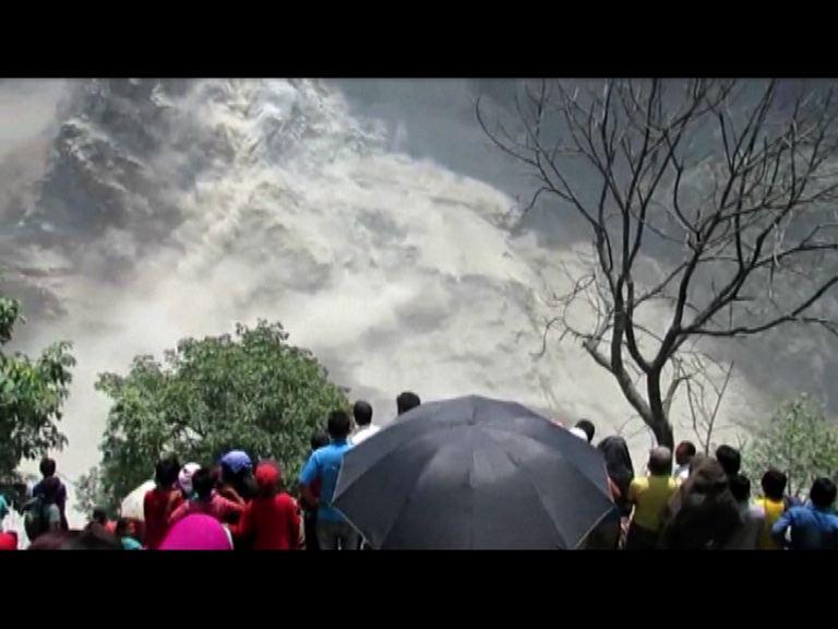 尼泊爾山泥傾瀉形成堰塞湖