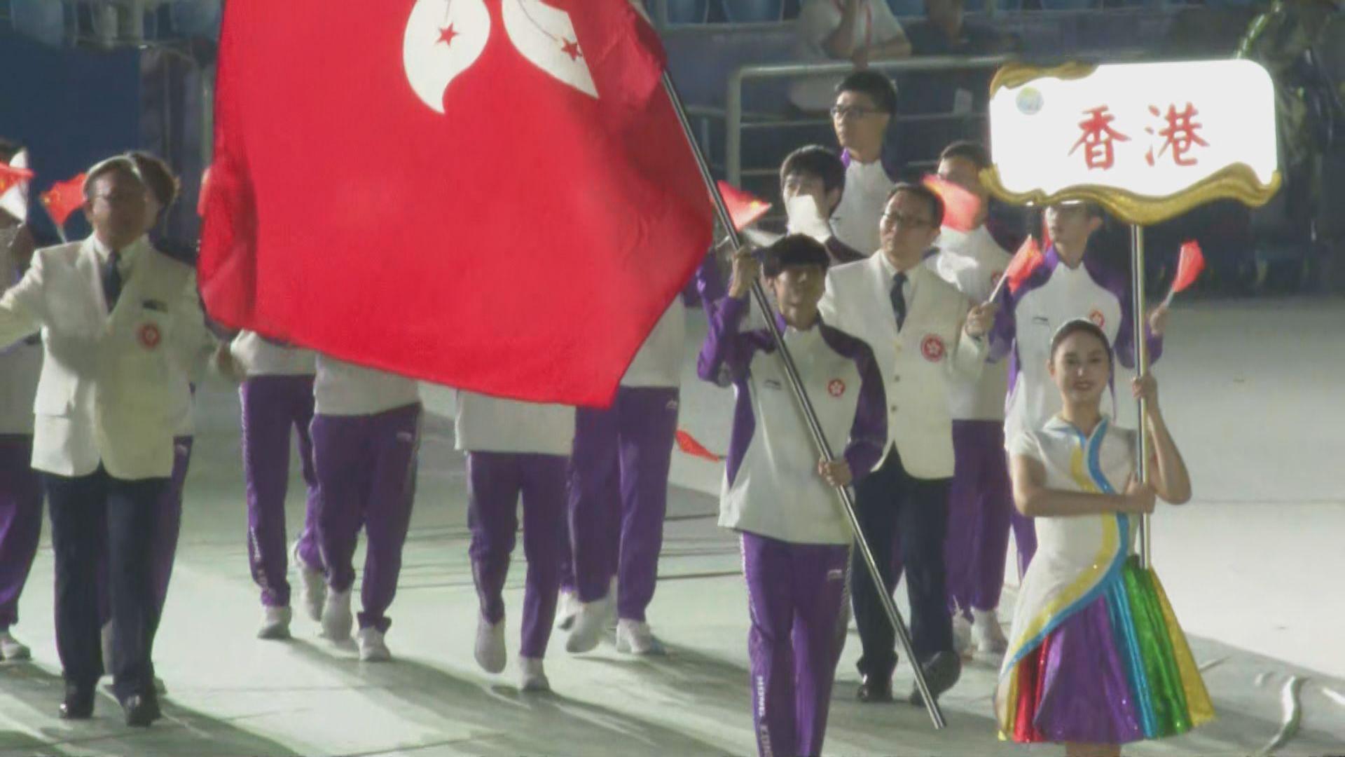 全運會陝西開幕 港隊攀岩代表歐智鋒擔任持旗手