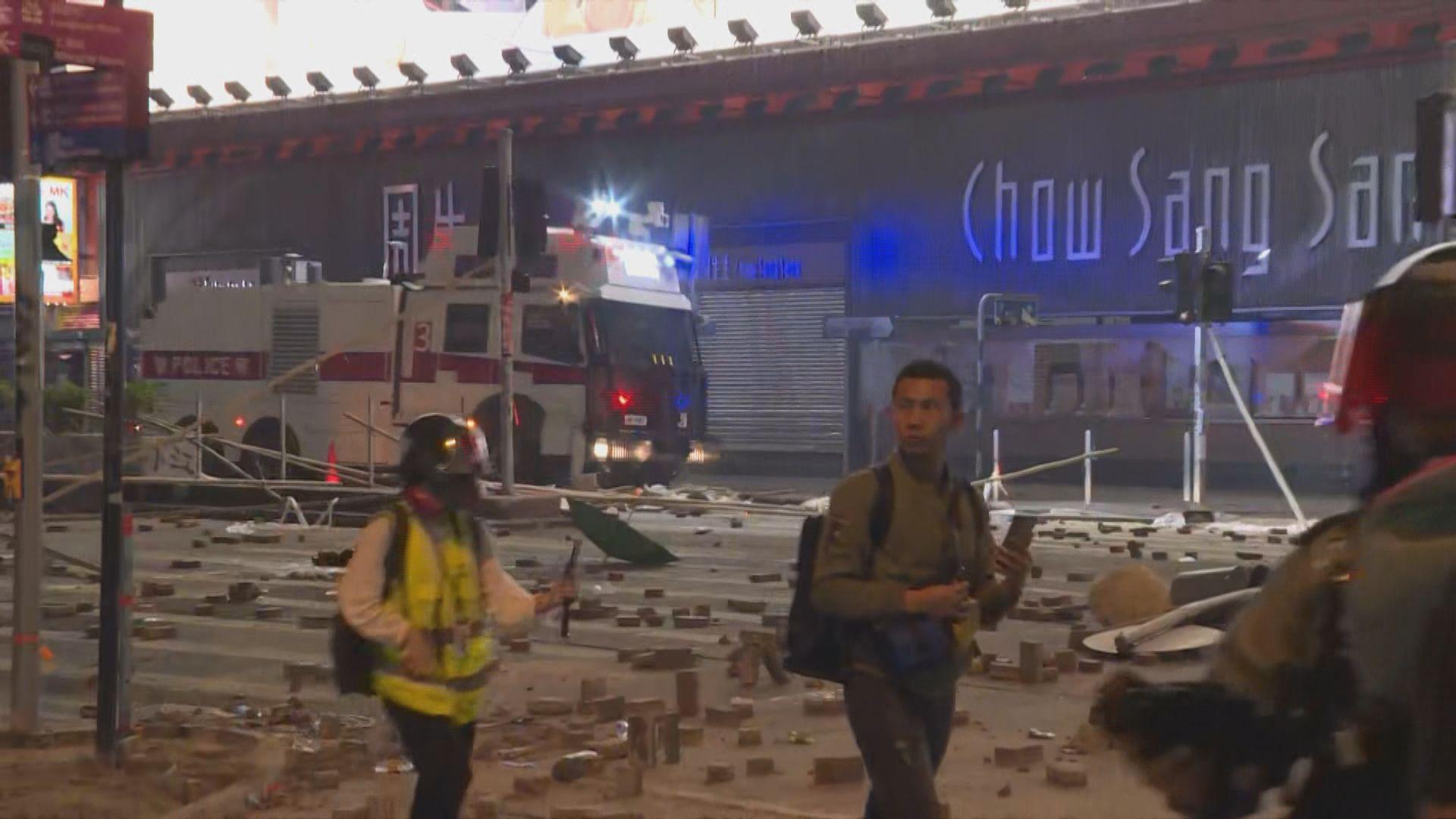 示威者在旺角堵路縱火 水炮車到場戒備