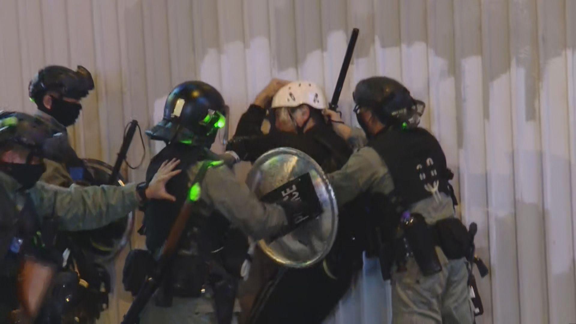 旺角有人堵路及縱火 一名網媒記者被警員制服帶走