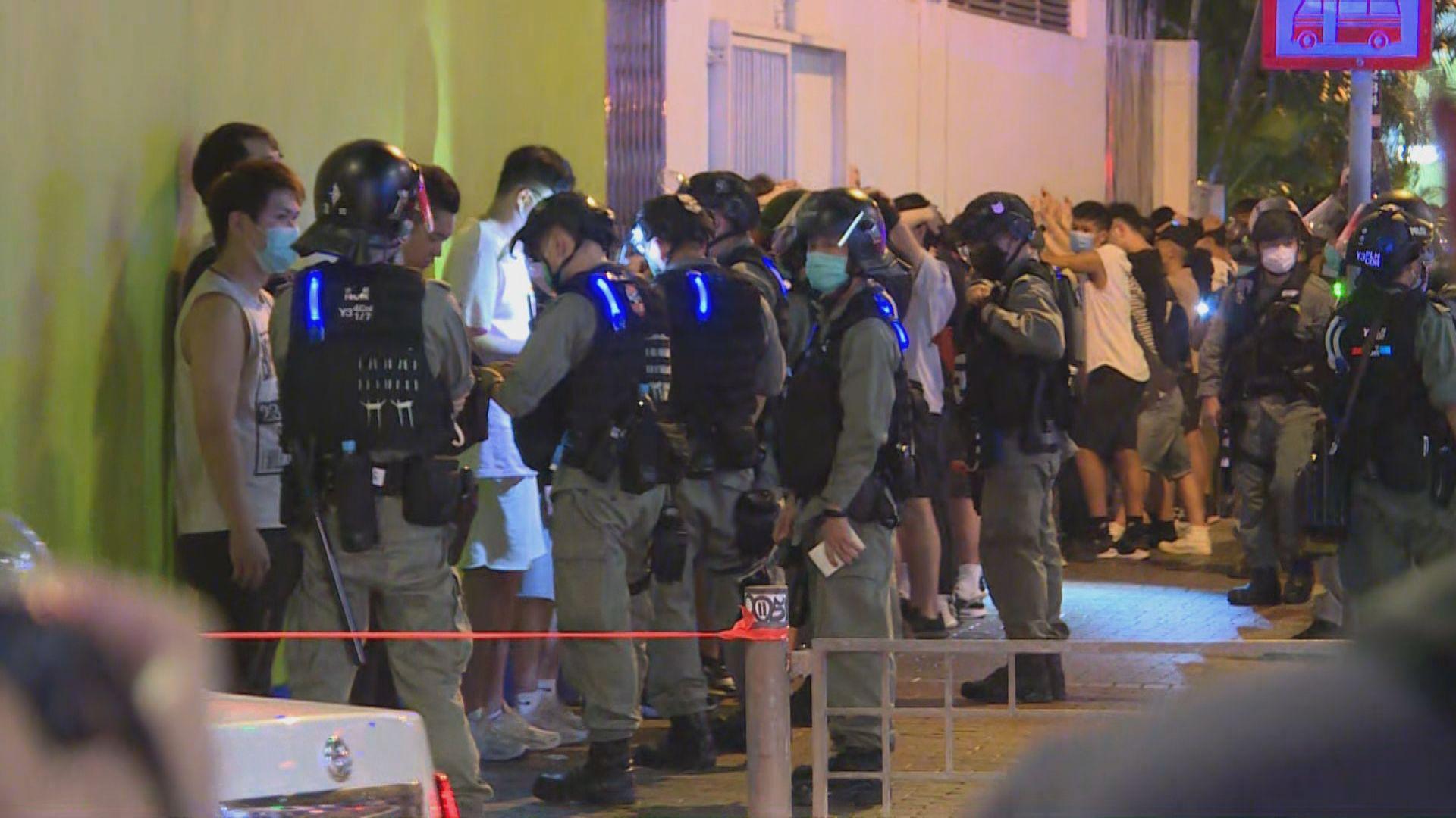 警方晚上在旺角拘數十人 大量記者被警包圍要求核實身分