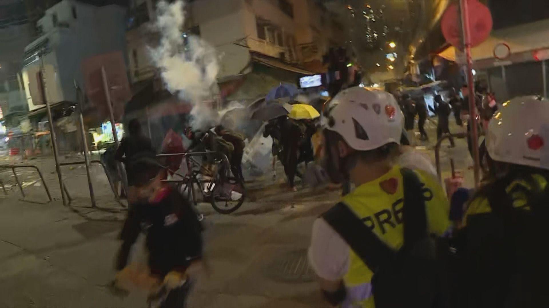 元朗示威者堵路縱火 警發多枚催淚彈