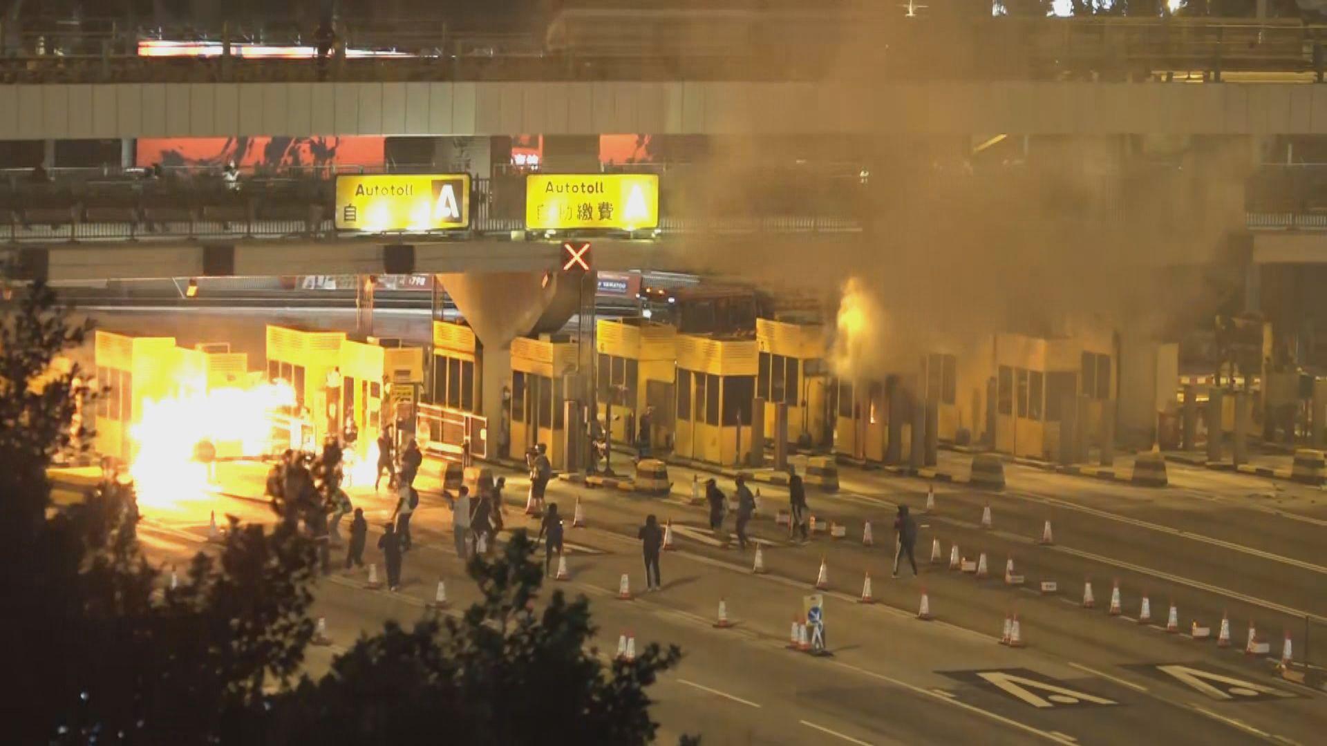 旺角、荃灣有人堵路 防暴警施放催淚彈