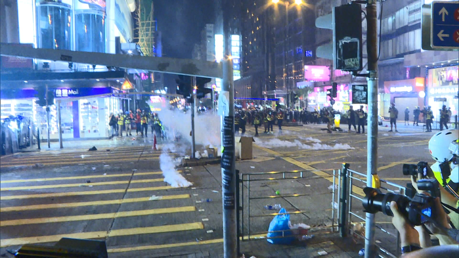 警方清場期間多次在鬧市發射多枚催淚彈
