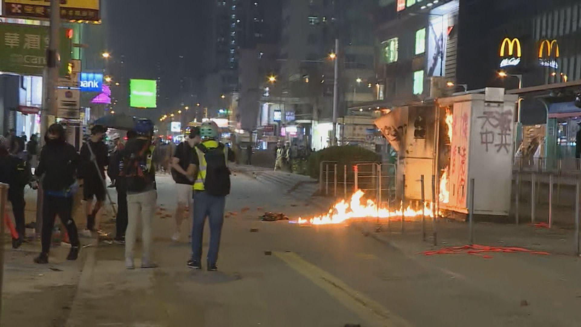 元朗晚上有示威者堵路縱火