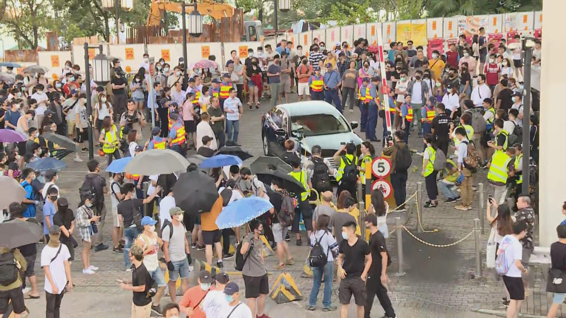 聶德權出席活動期間遇示威 座駕被堵