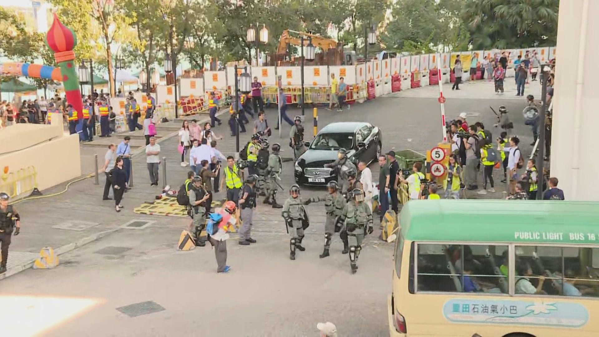 聶德權遇示威座駕被堵 防暴警察護送離開