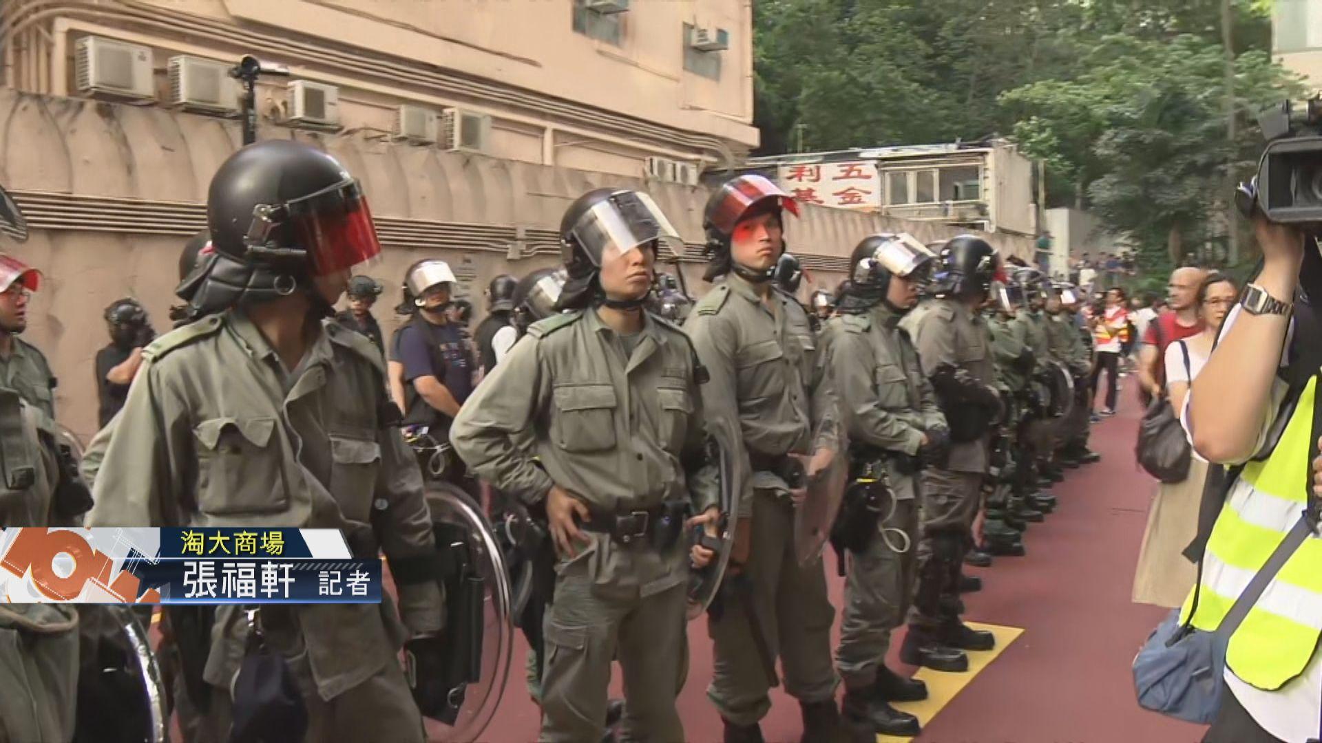 【現場報道‧淘大商場】市民及警員在商場外對峙