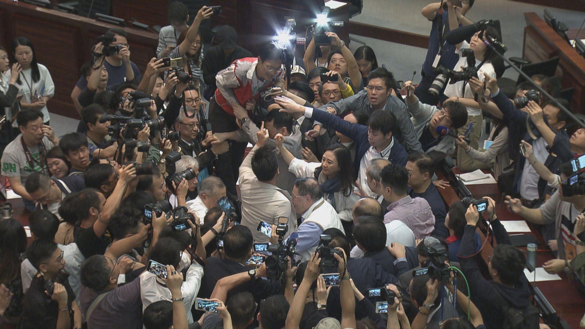 【最新‧多圖】建制民主派議員會議室爆衝突