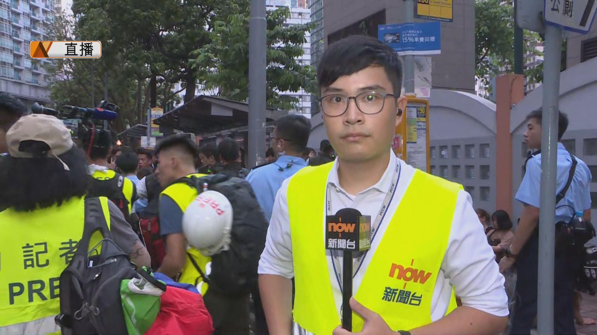 【現場報道‧莊士敦道】十多名示威者在修頓球場等候警方搜身