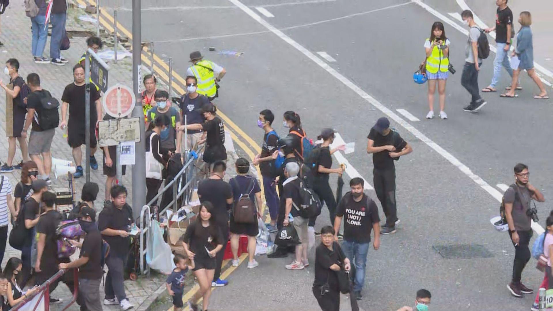 【現場報道‧寶琳站外】示威者設置路障堵路