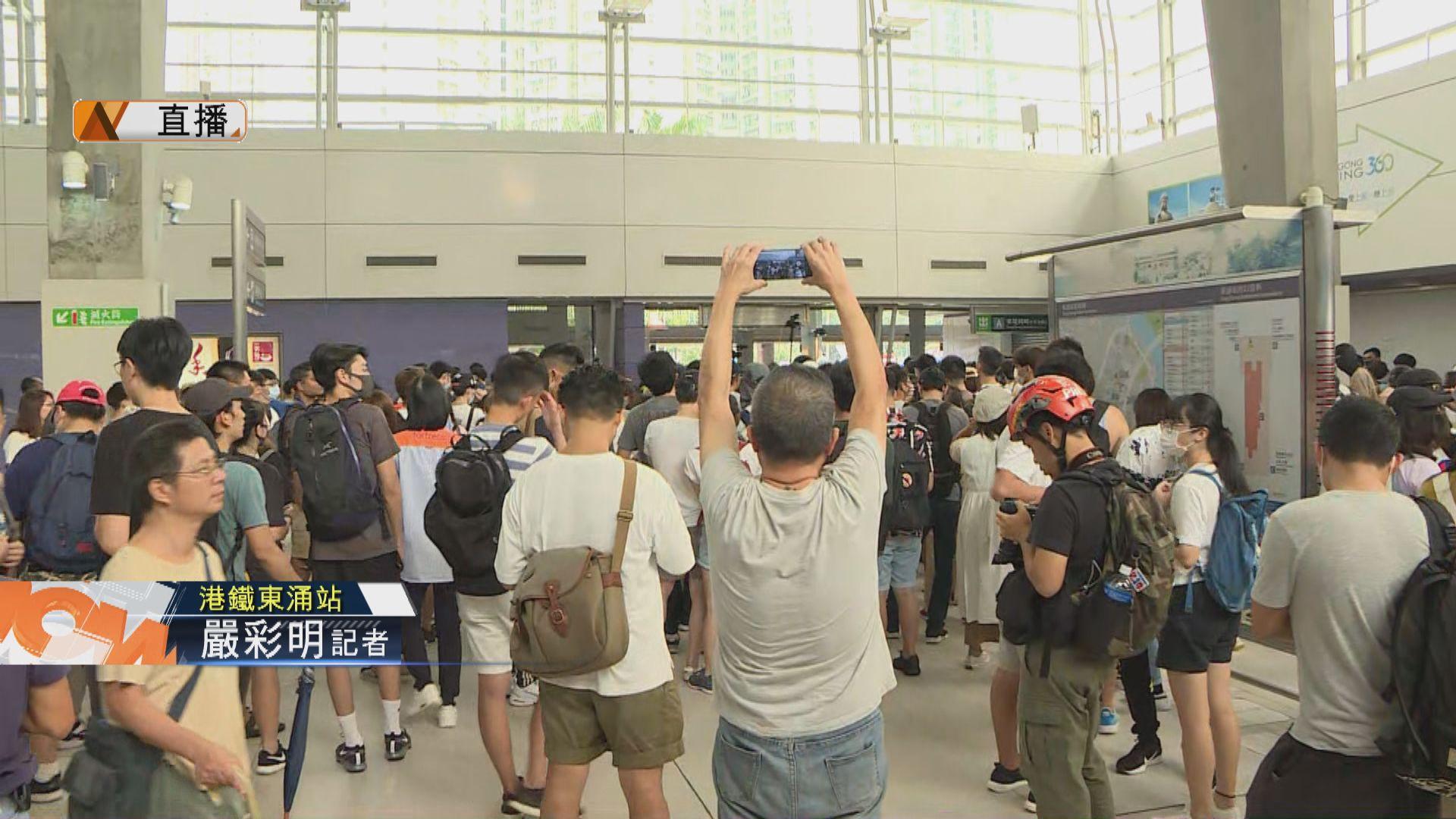 【現場報道‧東涌】陸續有市民在東涌站聚集