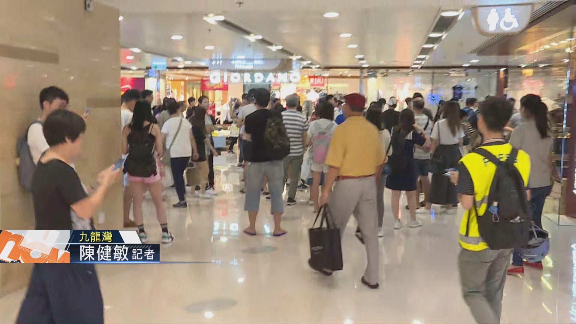 【現場報道‧九龍灣】市民在商場閒逛叫口號