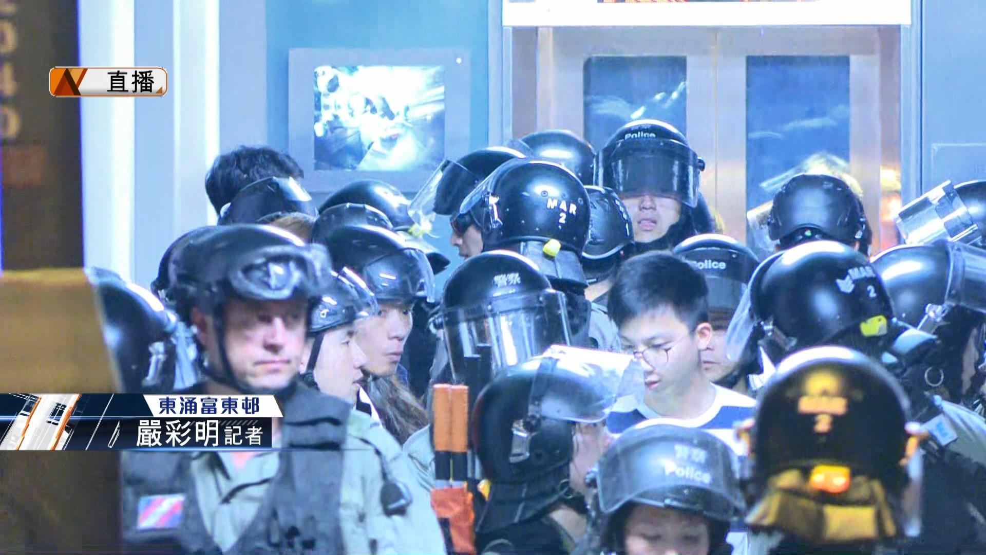 【現場報道‧東涌】防暴警察富東邨制服兩人