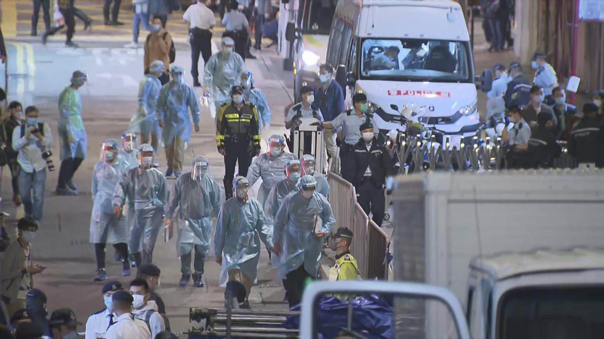【現場報道】政府突襲圍封北角東發大廈 警員拉起封鎖線