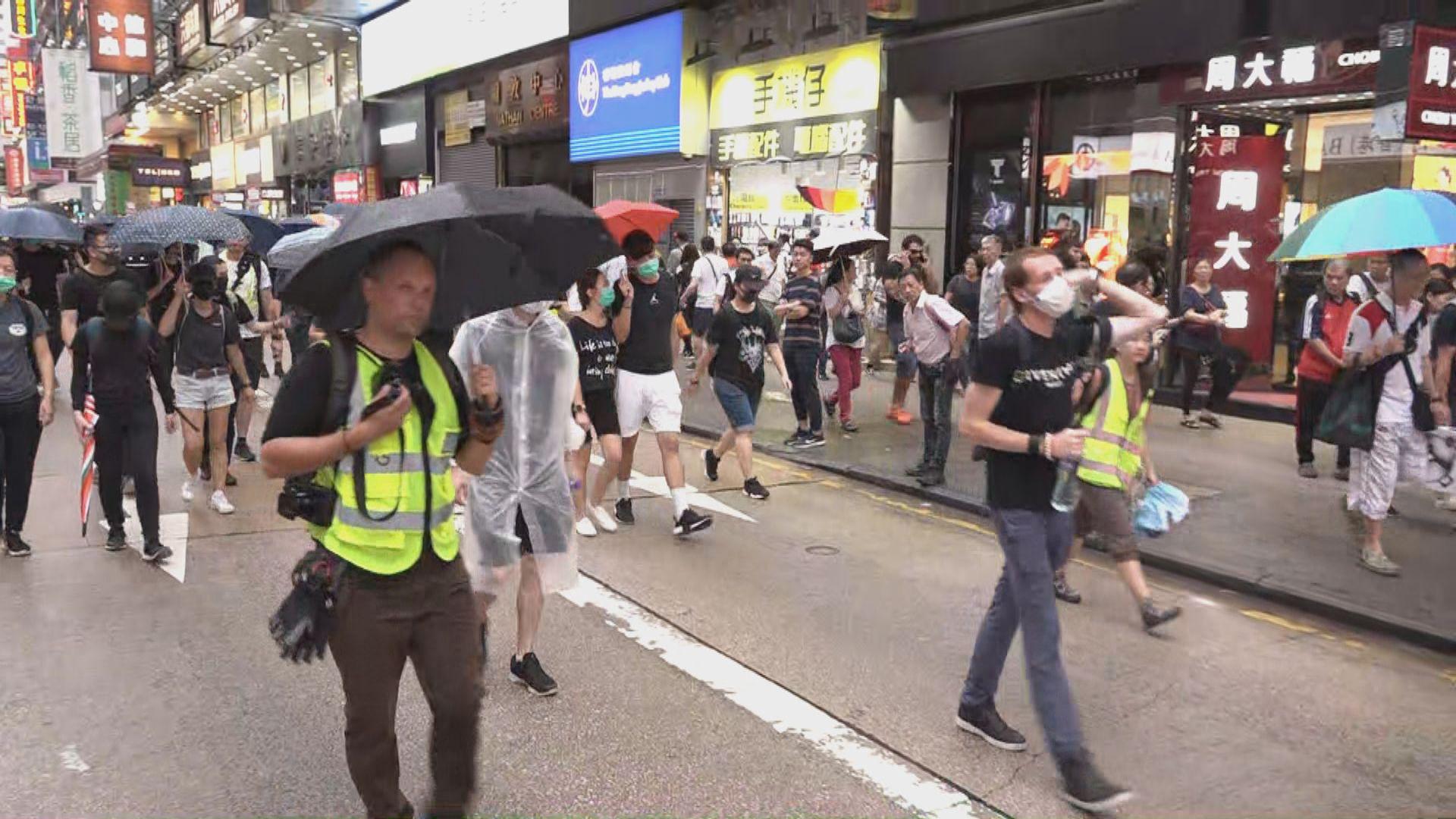 【現場報道·紅土遊行】遊行人士行經彌敦道