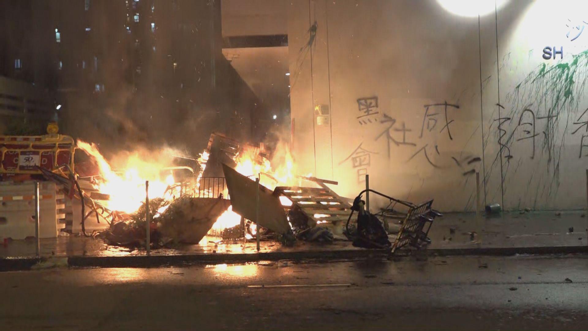 【現場報道‧沙田】示威者在沙田警署縱火