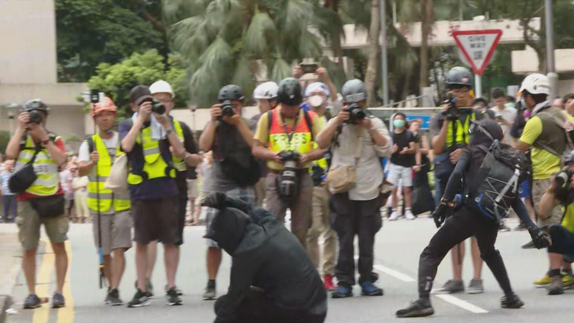 【現場報道‧將軍澳】示威者向警署擲磚及雞蛋