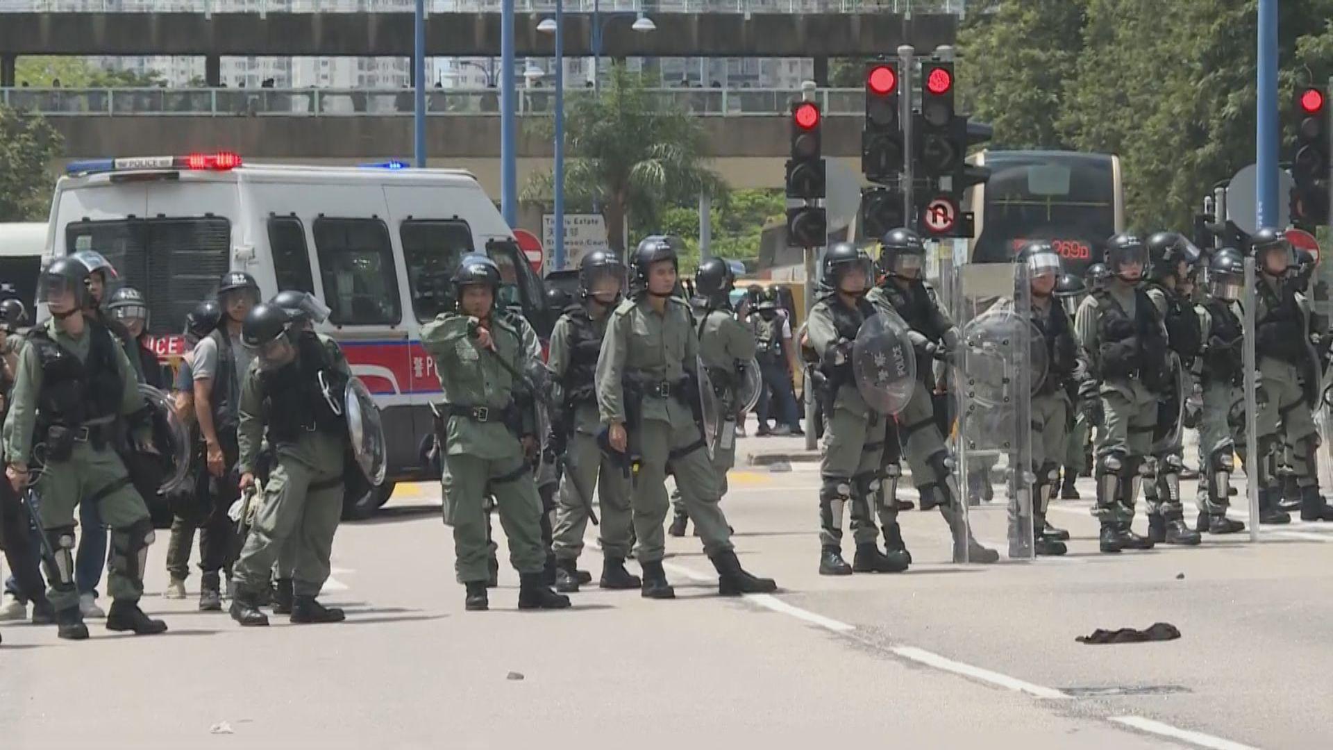【現場報道】天水圍警署外防暴警察與示威者對峙