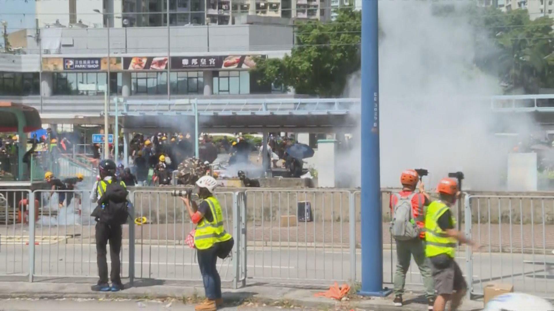 【最新】警方天水圍警署施放多枚催淚彈