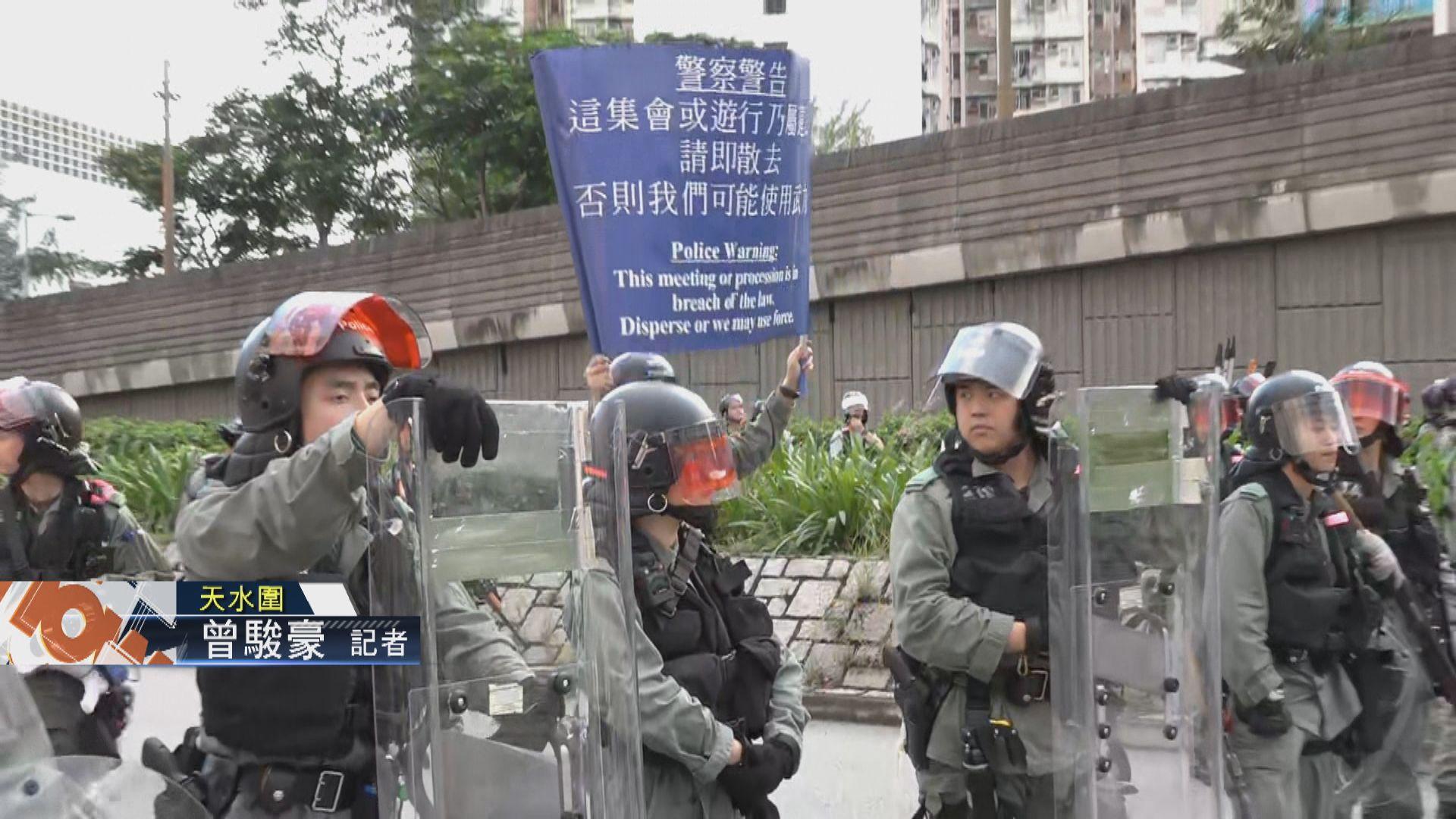 【現場報道‧天水圍】防暴警數度舉藍旗要求市民散去