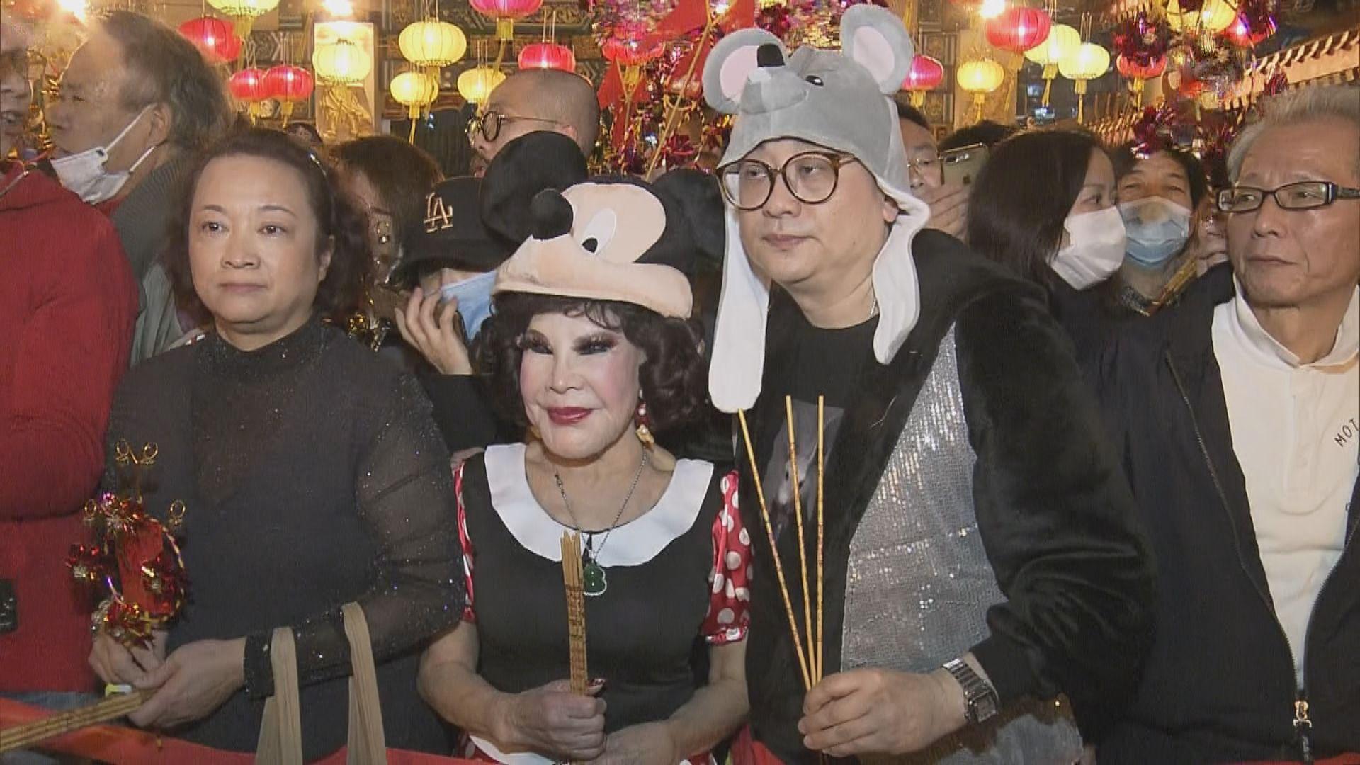 【頭炷香常客】黃夏蕙卡通人物裝扮現身黃大仙祠 向善信派百多個口罩